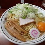 珍々亭 - 食べたのは油そば大(¥800)、トッピングは生玉子(¥50)、ネギ盛(¥100)。ネギ盛は別皿で出してもらえますが、麺に載せてもらいました。大だと麺は2玉分で、昔の「特大」の量にあたるんだそう。