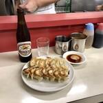 ぎょうざ専門店 赤萬 - 餃子二人前とビール小びん