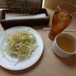 グリル ド ビエント - サラダ、スープ、ウーロン茶
