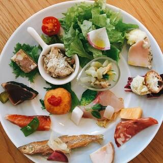 季節の野菜を旬の食材とともに。前菜は10種類以上の盛り合わせ
