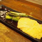 鉄板酒菜 ぶりお - アスパラ焼ダシ玉のせ