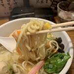 鶏の穴 - 麺をリフトアップ!!