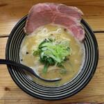 極麺 青二犀 - 鶏しょうゆらーめん(850円、真上から)