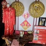 凰上海 - 入るといきなり赤いチャイナドレスなど〝中国仕様〟の店内。