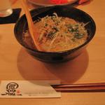 旬の鮮魚と魂の煮込み 照 渡辺通り店 - 牛スジラーメン580円。大きさはやや小振りですが、牛スジ肉が入った深い味わいのスープの満足度は高いです。