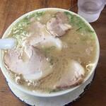 125366780 - チャーシュー麺800円 なみなみのスープ