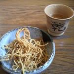 12538786 - まず蕎麦茶と揚げ蕎麦がでてきます。