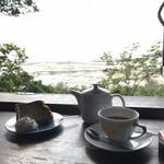 山の茶屋 楽水 - 店内から海が見えます