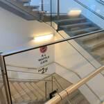 R.L WAFFLE CAFE - 二階への階段を上から