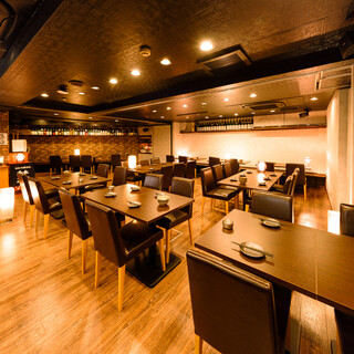 """落ち着きのある和空間で自慢の""""日本酒と肴""""を愉しむ。"""