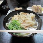 博多さぬきうどん - 讃岐うどんを福岡ケンミンに馴染み深い博多うどんスタイルで提供している老舗店です。博多うどんの定番・ごぼう天うどん380円。