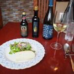 生パスタ専門店 レヴァーロ - 本日のサラダ、フォカッチャ、白ワイン