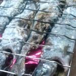 レストハウス鱒の家 - 鱒を炭火で焼きます