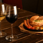 カフェ&バー チーズ - 赤 レセノバ 2015 白 トラピチェ オークカスク シャルドネ その他いろいろなワインを楽しめます。