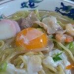 味楽食堂 - 特チャンポンには、落とし卵、えび、いかが入っています