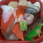 丼丸 - 海鮮丼525円(税込)烏賊・鮪・サーモン・イクラ・帆立・コハダ等たっぷりです。