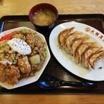 大阪王将 - 料理写真:禁断のタルタル油淋鶏炒飯+餃子