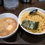 美豚 - 「煮魚出汁つけめん」750円。ランチサービスの味玉入り。