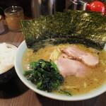介一家 - 料理写真:ラーメン750円+のり100円