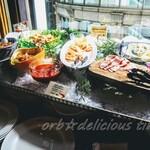 125422324 - シュリンプカクテル、ハワイアン アヒポケ、 ベーコンとじゃがいものサラダ、チーズ各種 シャルキュトリー