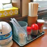 らあめん福楽 - テーブルに常備された調味料類と「星占いの販売機」