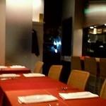 トラットリア フィオーレ - 赤と黑を基調とした店内