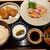 市岡45 - 料理写真:艶々の美しい鶏刺身に、揚げ立て熱々唐揚げのダブルメイン、ご飯やお味噌汁はおかわり無料で1,000円