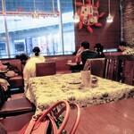125433237 - 都会のお店はテーブル間が狭い