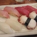 魚寿司 - 握り マグロ、タコ、イカ、カンパチ