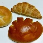 125438445 - ①プレーンベーグル90円、クロワッサン130円、カスタードクリームパン150円