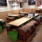 神田魚市場 つかさ丸 直売所 - 店内、さらにくつろぎ易く、全ての椅子が低くなりました◎