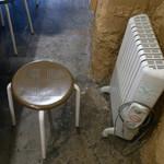パーミーラーメンセンター - パイプ椅子とヒーター