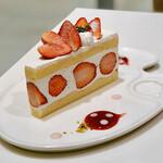 タカノフルーツパーラー - 苺のショートケーキ@ホイップクリームですが大粒の苺が豪華なショートケーキ