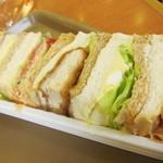 ハースブラウン - チキンカツサンドと、サラダのサンドとかタマゴサンドとかが入っています