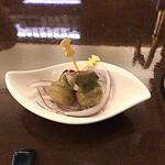セラ・アンフィニィ - 突き出しは自家製のベーコンとオリーブの実をフライにしたもの。この手があったか?! の旨さ