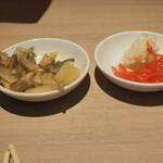 博多ラーメン 駿蔵 - ザーサイと紅ショウガ(横濱家と同じで取りに行く)