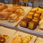 ブレッテリア - 食べ放題のパンのコーナー2
