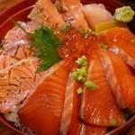 寿司けん - サーモンの炙りとづけの半々丼(イクラのせ)