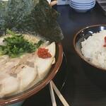 横浜家系ラーメン 天命天来 - 白飯は欠かせない