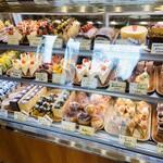 お菓子工房 菓樹 - まぁ〜まぁ〜 夕方にしては 色んな種類のケーキが並んでますね♥