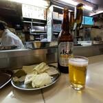串かつ百百 - 串かつ百百@新梅田食堂街 瓶ビールとキャベツ