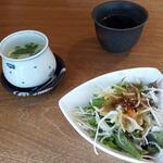 Shirokaneyokoyama - 突き出しのサラダ。ランチはよく茶碗蒸しとセットが多い。この後メインが出てくるまでに時間がかかる。