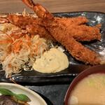 魚がし食堂 中央市場店 - 最初の2本はタルタル、その後はソースで食べました。