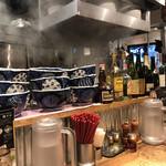 Torisobajiyuubanichikoro - カウンターには丼とお酒が並ぶ。呑みたくなりますね。