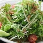 鉄板焼 ろじ - 水菜とじゃこの梅肉サラダ!自家製梅肉ドレッシングが決めてです!