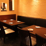 鉄板焼 ろじ - テーブル席はカウンターからも近く臨場感を味わえます!4名×2です。