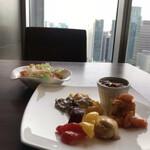 テンクウ - 朝食ビュッフェ2800円(総額)。生野菜とサーモンマリネ、ココット皿の目玉焼きなど。いいお席に案内していただきました(^。^)