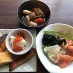 テンクウ - 朝食ビュッフェ2800円(総額)。いくらをお豆腐にトッピング。サーモンと玉ねぎのマリネなど。サーモン、玉ねぎ、ドレッシングが絶妙な組み合わせです(╹◡╹)