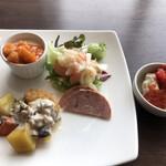 テンクウ - 朝食ビュッフェ2800円(総額)。ナゲットにポルチーニソース、目玉焼きに海老チリソースなど。色々とソースがあって楽しめます(╹◡╹)
