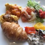 テンクウ - 朝食ビュッフェ2800円(総額)。スクランブルエッグ海老チリソース、同カレーソースなど。スクランブルの食感は今ひとつ。。。でも、ソースで色々と楽しめます(^。^)